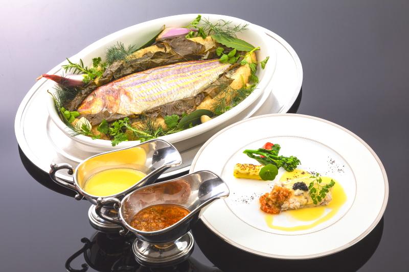 地魚の塩釜焼き 大島トマトのコンフィ エストラゴンバターとソース・ピストゥー