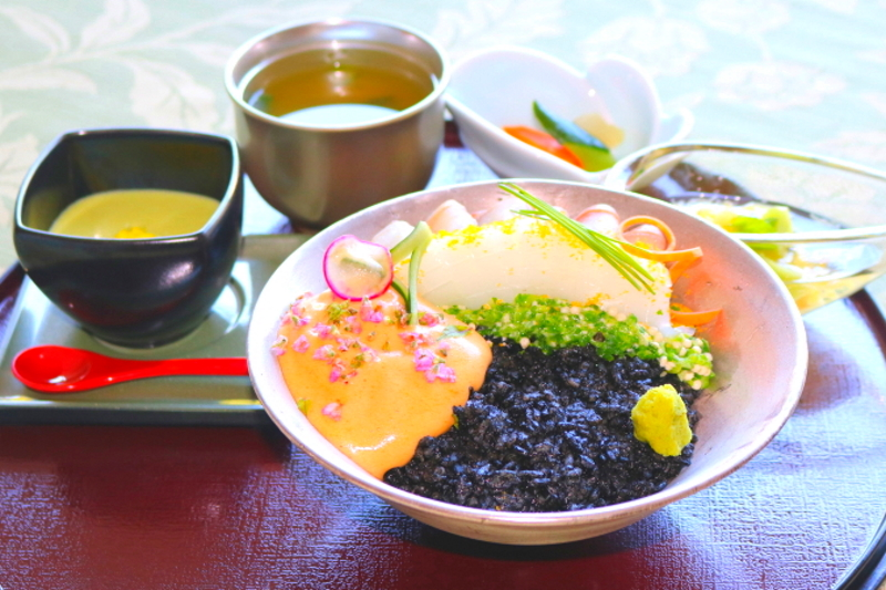 海宝モノクロ丼